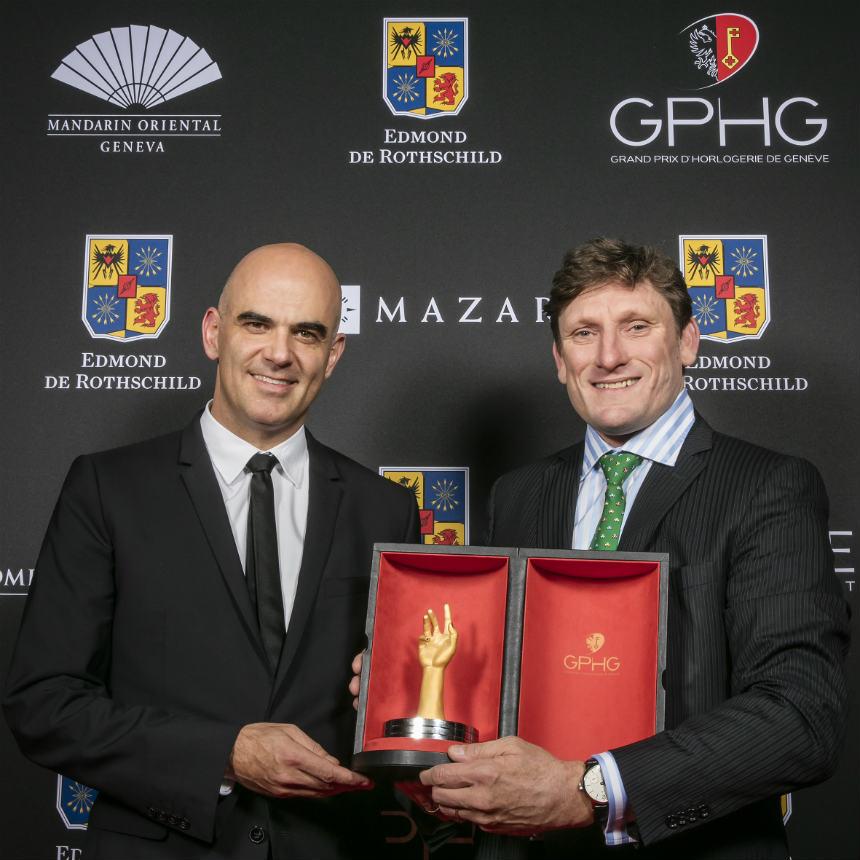 Stephen Forsey (один из основателей бренда Greubel Forsey) с главным призом.